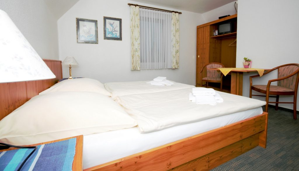 Zimmerbeispiel: Doppelzimmer mit Bad in der 2. Etage